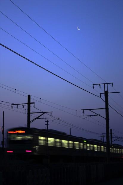 月と金星と始発電車