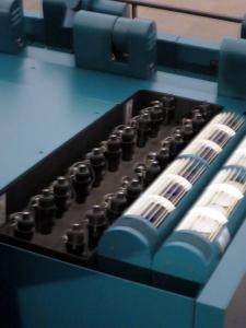 小さな投影機の列